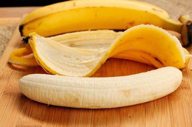 Удобрение из банановой кожуры  О том что растения  и домашние и тепличные и дачные  можно подкармливать банановой кожурой известно уже давно. Свежая банановая кожура как удобрение отлично подходит для зимних тепличных растений которые в холодную пору года страдают от недостатка света и тепла. И как раз магний калий натрий и фосфор которые в избытке содержатся в такой шкурке  это жизненно необходимые элементы для питания и роста тепличных растений. Давайте рассмотрим внимательнее как…