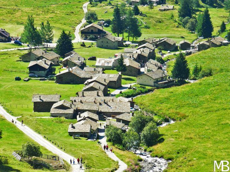 Il caratteristico villaggio alpino di Case di Viso - The typical alpine village of Case di Viso
