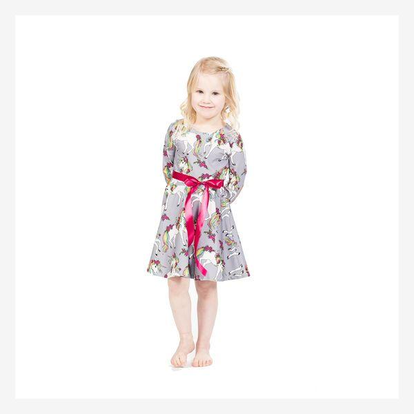 Back to the 50's!   Tämä suloinen mekko on saanut inspiraationsa 50-luvun hulmuavista kellohelmoista. Upea, Puodin suosikkimekko!  Mekossa on hyvin istuvat hihat ja yläosa. Helma on upeasti täysin kello. Mukana tulee satiinivyö, joka pysyy paikoillaan sivuilla olevien tukevien vyölenkkien ansiosta. Kuosin suunnittelu: Leena Renko  Materiaali: Trikoo, 95 cotton/5 elastan  Hoito-ohjeet: Mekon pesu 40*, nurin päin käännettynä saman väristen kanssa. Irroita vyö pesun ajaksi. Vyön voit pestä…
