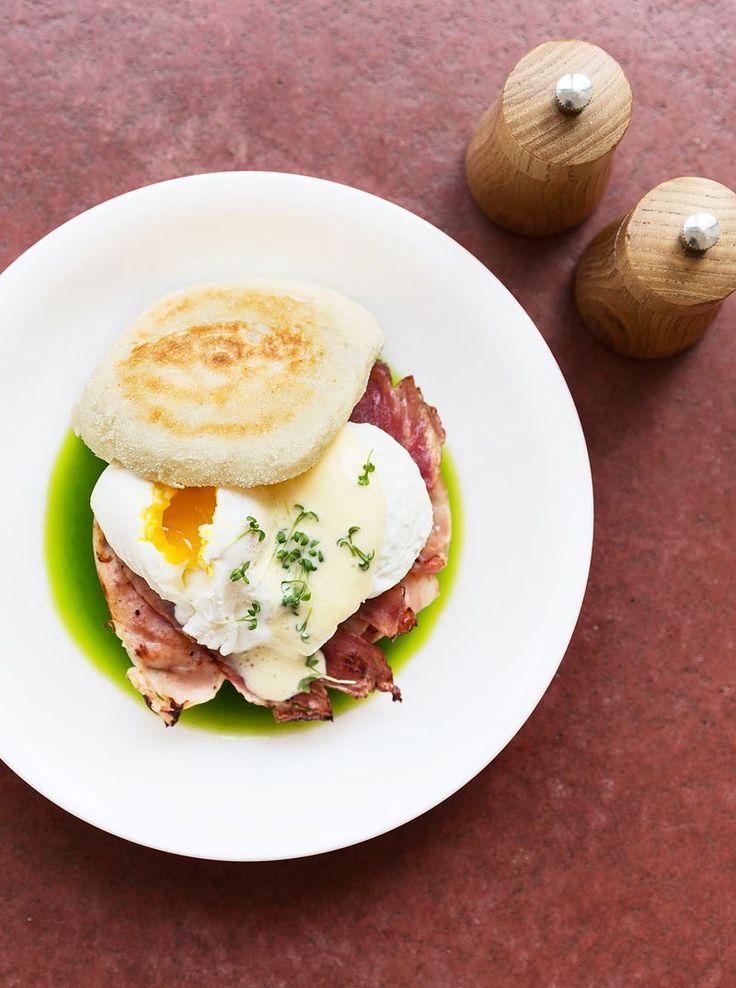 Frühstück mit Eggs Benedict