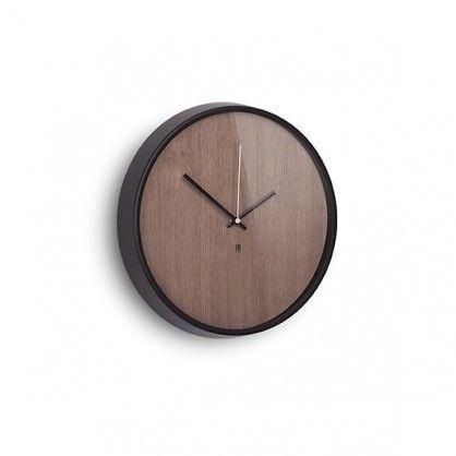 Masz gust przychylny klasycznym aranżacjom, ale chciałbyś wprowadzić do swoich wnętrz odrobinę designerskiej świeżości? Proponujemy na początek zegar ścienny Madera! Zachowany w duchu klasyki, ale oprawiony w modernistycznym stylu. Drewniany cyferblat w połączeniu z czarną oprawą i szklaną taflą - chroniącą wskazówki przed uszkodzeniem - tworzy nowoczesną kompozycję idealną do salonu, gabinetu, czy miejsc publicznych.