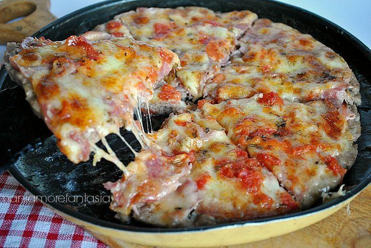 Ecco come utilizzare la carne macinata in modo diverso, realizzando una pizza di tritato super gustosa. Scoprite la ricetta cliccando sul link.