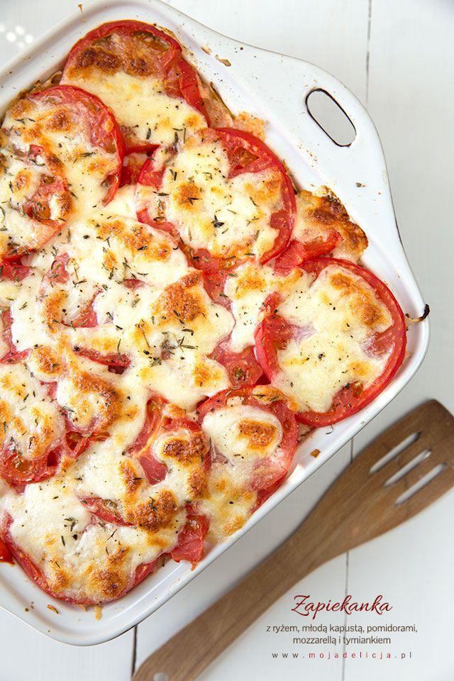 Zapiekanka z ryżem, młodą kapustą, pysznymi gruntowymi pomidorami z mozzarellą i tymiankiem. Wegetariański obiad, ale smakuje również mięsożercom :) Świetnie się sprawdzi jako danie dla całej rodziny, w tym dla naszych dzieci. Danie bez glutenu. // Rice casserole with young cabbage, tomatoes with mozzarella and thyme. Gluten free.