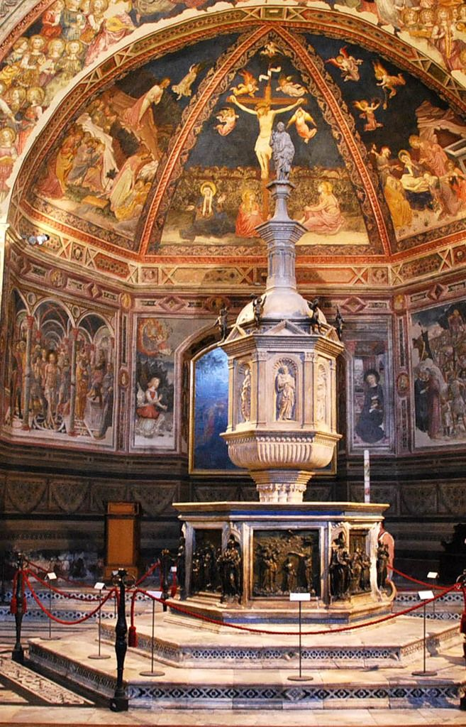 Баптистерий в Сиене. 1316 - 1325 В интерьере - прекрасная купель с рельефами Донателло, Гиберти, Кверча и др.
