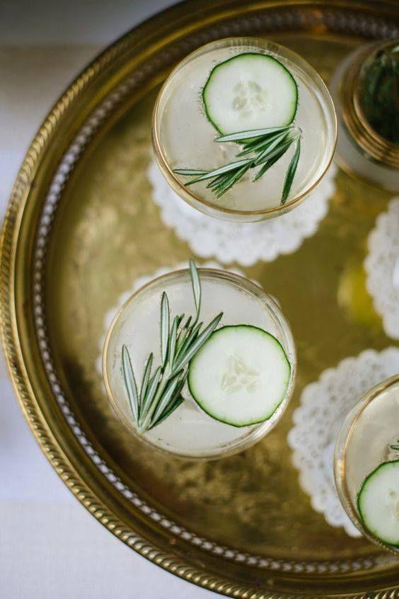 Мы придумали лучший в мире новогодний коктейль, потому что в нем есть шампанское и он пахнет елкой: - шампанское - джин - тоник - веточка розмарина - огурец Пропорции засекречены, приходите пробовать