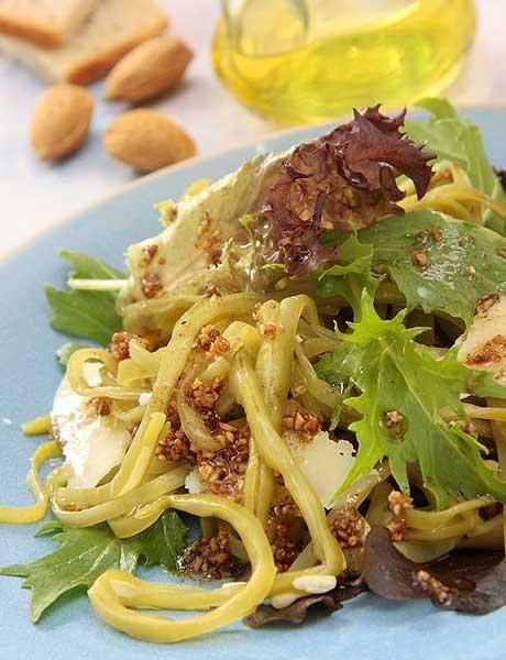 Judías verdes con vinagreta de almendras y queso parmesano. http://www.saborcontinental.com/2014/08/judias-verdes-con-vinagreta-de-almendras-y-queso-parmesano/