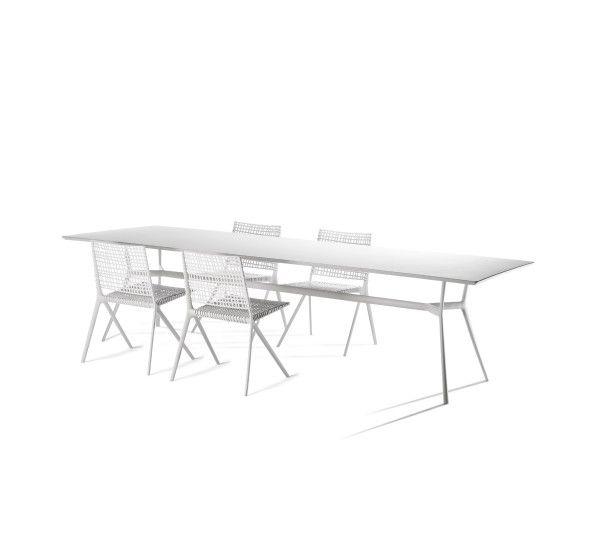 Branch è la collezione ideata da Altherr Lievore Molina per il brand Tribu. Il tavolo da pranzo ha una struttura resistente e leggera, perfetto per le vostre cene estive. Branch prende ispirazione dai rami degli alberi, il tavolo da pranzo ha una trama