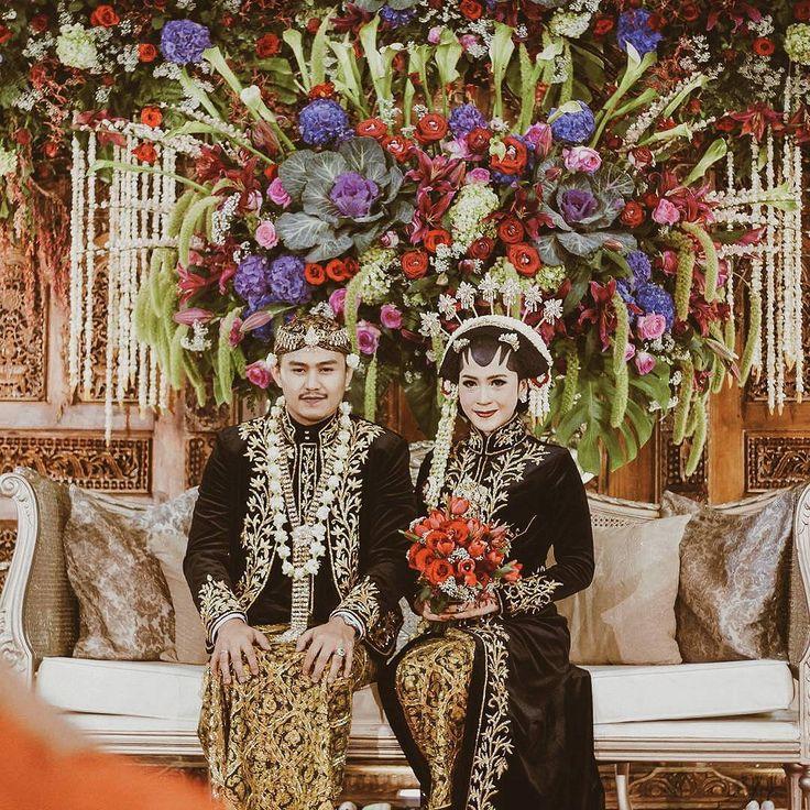 "40 Likes, 1 Comments - Event & Wedding Decor Jakarta (@sentrabunga) on Instagram: ""Putri @putrimaharani29 & Rangga @ranggaph. The beautiful javanese bride & groom. May you two live…"""