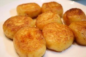 楽天が運営する楽天レシピ。ユーザーさんが投稿した「居酒屋風( ゚Д゚)ウマー!!チーズじゃが餅」のレシピページです。じゃがいもがモチモチで チーズがトロー材料もお手軽で美味しく作れます。。チーズじゃが餅。ジャガイモ,クリームチーズ,薄力粉,片栗粉,しょう油,砂糖,サラダ油