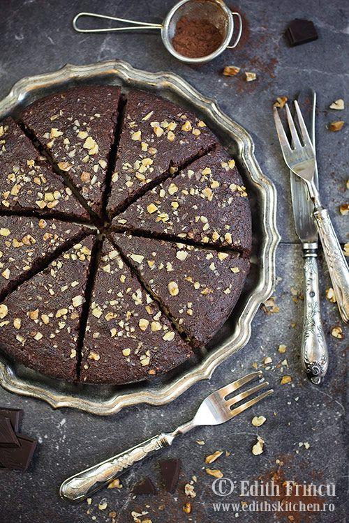 Tort cu ciocolata si nuci - fara faina, cu ciocolata, unt, nuci si oua. Poate fi consumat in dieta ketogenica si in intoleranta la gluten.