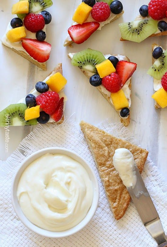 Need a colorful dessert idea for a party or baby shower? Try these lightened up white chocolate cookie bars topped with cream cheese frosting and fresh fruit.: Fruitpizza, White Chocolates, Cream Cheese Frostings, Recipe, Fruit Pizzas, Desserts Ideas, Chocolates Cookies Bar, Chee Frostings, Fresh Fruit