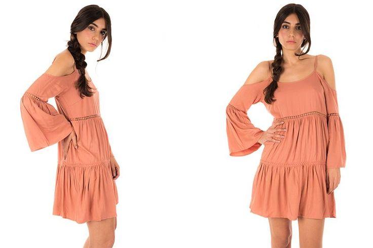 Vestito rosa antico con balze e ricami. Spalline regolabili. Manica lunga leggermente svasata.
