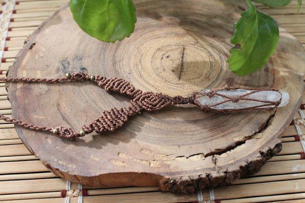 Collar macrame hecho a mano con una piedra de cuarzo cristal y unas cuentas de color bronce, el cierre es con un nudo corredizo.