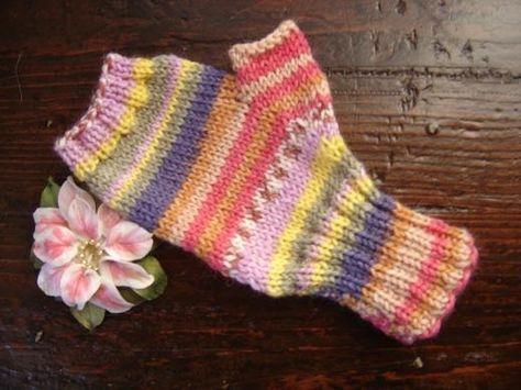 Mezzi guanti  a maglia con fatti con 2 ferri e cucitura laterale  Occorrente:  50g. di lana Knitcol di Adriafil (50g. = 125m.) o una lana l...