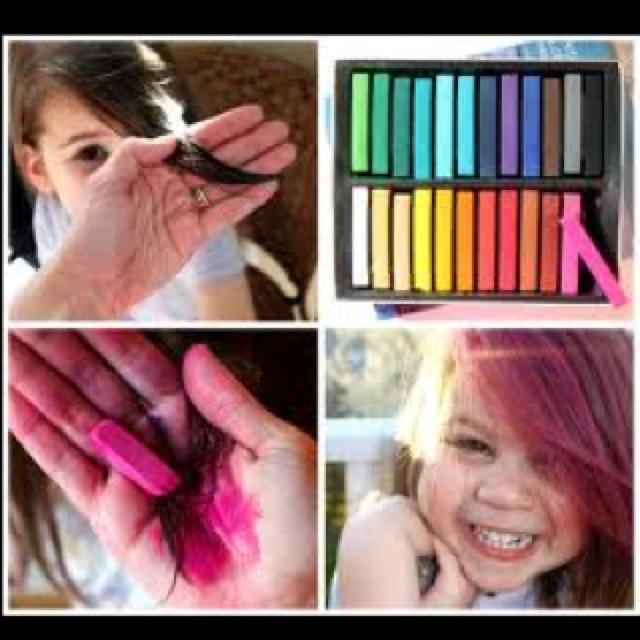 Tizas para colorear el pelo! Pinta con tiza blanda (no al oleo) y tu pelo tendrá una explosión de color!! NOTA: si tu pelo es oscuro, tb funciona. Mojalo antes de pintarlo. Si es claro sin problemas