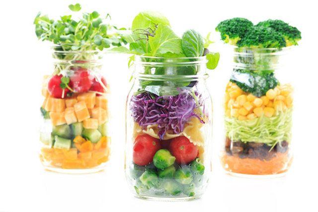 Cute , beautiful and Healthy Bottle Food...So soooooo hit in Japan...special in OL lunch groups!  They can eat more veg in Lunch timeメイソンジャーでサラダ。瓶の底からカラフルな野菜がとってもきれい。こんな盛り付け方だと新感覚でなんだかわくわく、蓋は閉めたら保管もできるし持ち歩きもオッケーなので便利!