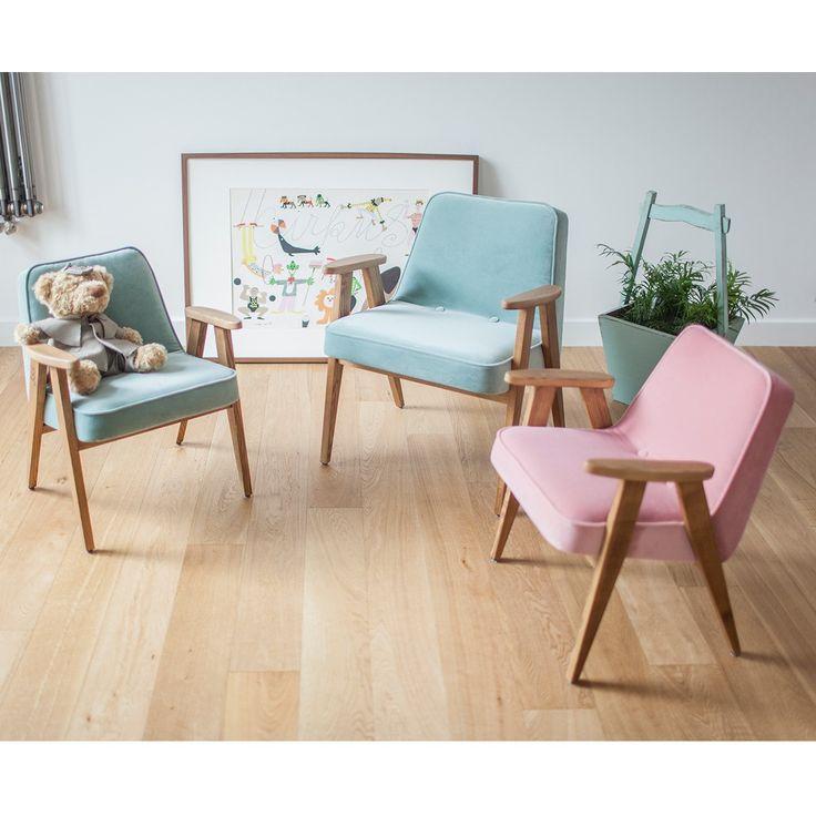 Ce fauteuil design et élégant, pour les enfants de 3 à 12 ans, est inspiré du modèle 366 du designer polonais Jozef Chierowski. On aime ses lignes scandinaves et épurées, ses pieds graphiques en forme de compas, les courbes de ses accoudoirs et son confort. Ce fauteuil design est à la fois utile et décoratif. On aime son son look rétro qui s'adaptera à n'importe quel intérieur.  <br /> Ce très joli fauteuil pour enfant, solide et stable, est fabriqué en bois massif de frêne, avec une…