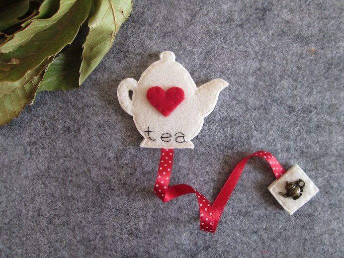 Segnalibro in feltro con teiera, cuori nastro rosso; Regalo per lettori; Idea regalo per Natale; Creazione cucita a mano. di TinyFeltHeart su Etsy