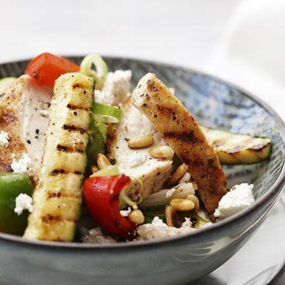 Grillet kylling og stegte grøntsager i fad - med boghvedegrød