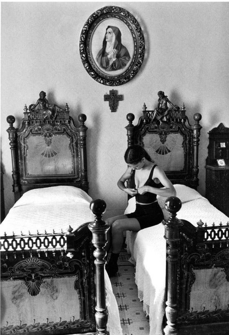"""El fotógrafo italiano Ferdinando Scianna se incorporó a la Agencia Magnum en 1982 y se convirtió en miembro de pleno derecho en 1989.         """"Una fotografía no es creada por el fotógrafo. Lo que él hace es sólo para abrir una pequeña ventana y capturar. Entonces el mundo se escribe en la película. Lo cierto es que el fotógrafo está más cerca de la lectura que de la escritura. Son los lectores del mundo""""."""