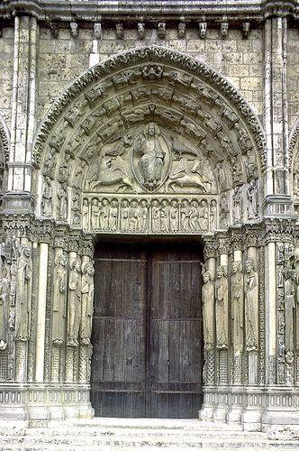 2. Portada Real de la Catedral de Chartres. Cristo aparece dentro de la mandorla flanqueado por el tetramorfos, los apóstoles ocupando el dintel y los 24 ancianos del Apocalipsis ocupando las arquivoltas. (1145-1155) las 3 portadas occidentales apenas se vieron alteradas en la construcción del nuevo templo tras el incendio de 1194.
