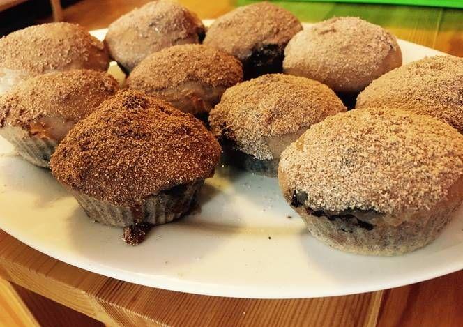 Meggyes-csokis muffin mézes fahéjas cukorral borítva