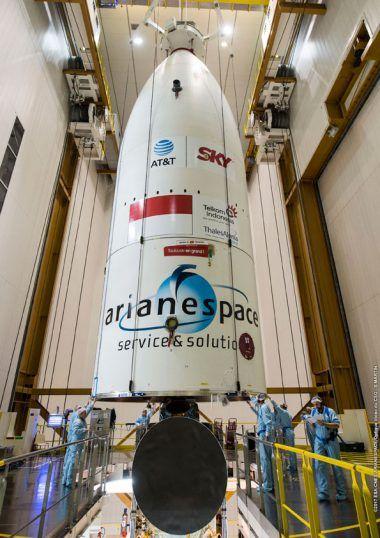Arianespace gallery Archive - Mise en place de la coiffe de la charge utile d'ARIANE 5 contenant SKY Brasil-1 et Telkom 3S et le système de distribution SYLDA -10 février 2017