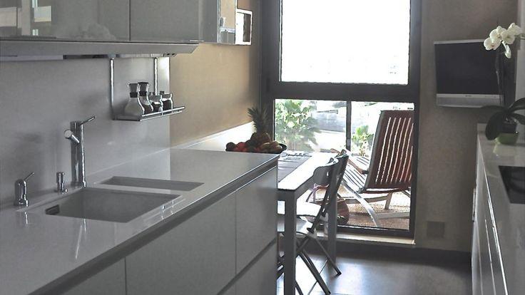 Vivienda equipada con el modelo de cocina LINE-L blanco nieve de Santos.