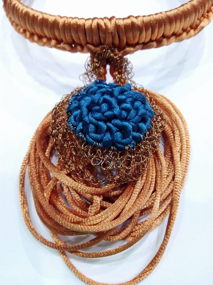 Detalle de gargantilla. Realizada en crochet con cola de ratón color teja e hilo metálico