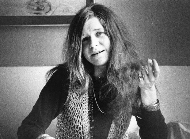 Τζάνις Τζόπλιν (1943 – 1970): Αμερικανίδα τραγουδίστρια της ροκ μουσικής. Προικισμένη με μια συγκλονιστική φωνή απέδιδε με την ίδια θέρμη τον δυναμισμό του ροκ και την απελπισία των μπλουζ.