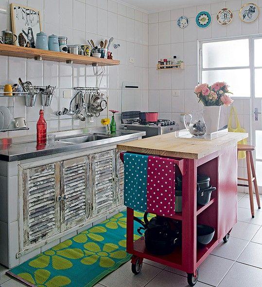 Com criatividade, a cozinha com cara rústica também ganhou uma ilha central. A designer de interiores Renata Parasmo optou pelo carrinho de madeira, num tom de rosa forte