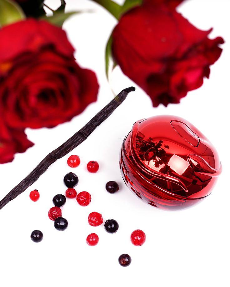 DKNY Be Tempted EdP • Kopfnote: Apfel, Lakritze, rote Früchte, schwarze Johannisbeerknospe, Zitrone • Herznote: Orangenblüte, Rose, Veilchen • Baisnote: Patchouli, Myrrhe, Vanille