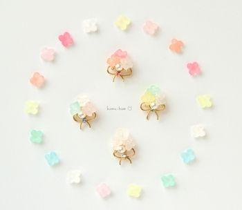 ドロップみたいな小さなお花がかわいらしい作品。プラバンのお花とビーズ、ワイヤーなどを組み合わせて、おしゃれなピアスに仕上げています。少し手間はかかりますが、ハンドメイドとは思えないほど美しいですよね。