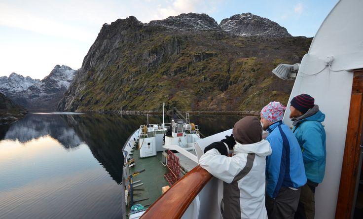 MS Lofoten seiler inn Trollfjorden på en vakker høstdag. foto: TGJ