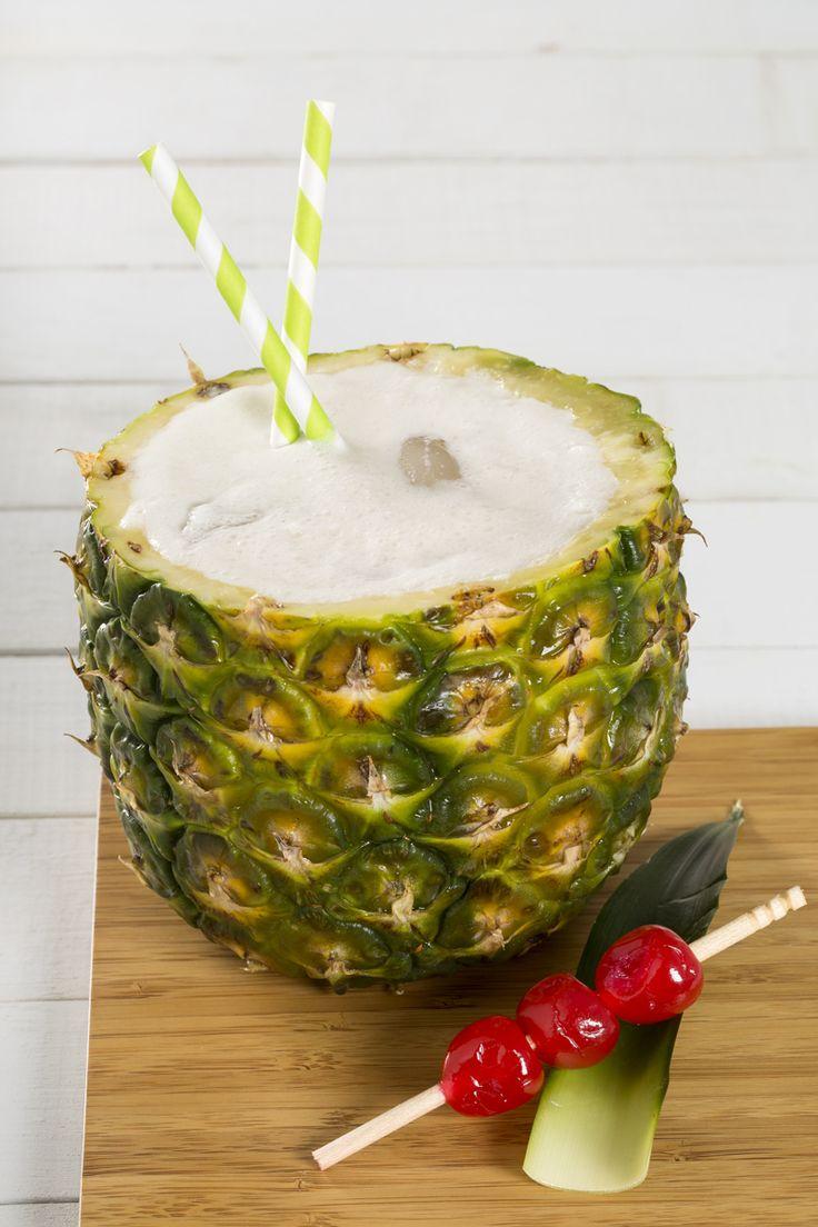 La piña colada es una bebida clásica para las vacaciones en la playa o para los días de verano. La combinación de piña, ron, leche de coco, jugo de piña y leche condensada le aporta un sabor inigualable a la bebida. Esta bebida de piña es ideal consumirla bien fría.