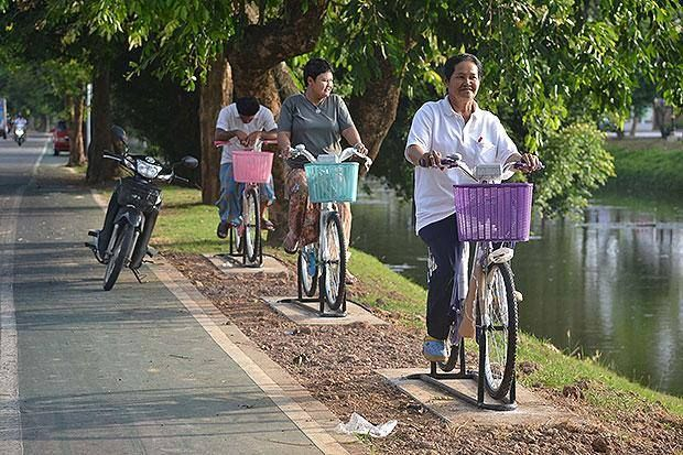 Phitsanulok Municipality (Northern Thailand) has come up with a new idea to entice residents to take part in an effort to improve the city's water quality. The local administration installed 10 exercise bicycles along a moat in Muang district on Friday for people to sweat - and save the environment at the same time. As cyclists pedal the bikes, the power they generate produces oxygen which flows into the moat through tubes connected to buoys, creating bubbles in the water.
