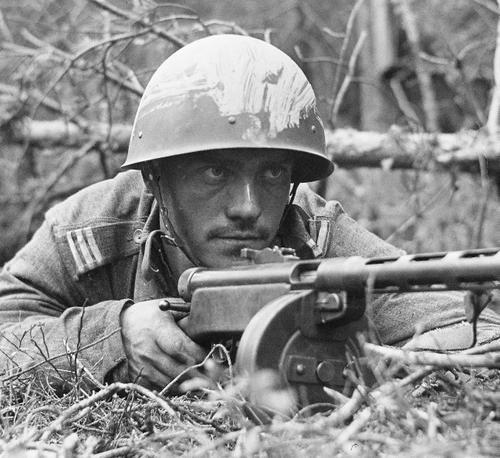 Finnish sergeant with Suomi M31 submachine gun. Häsälä, July 25, 1941. Pin by Paolo Marzioli