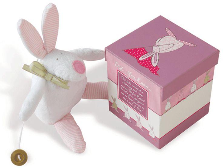 Rufus Rabbit Kanin spilledåse rosa i eske. Møt vår egen musikalske Rufus. Dra ut haleknappen og hør Jon Blund. Eller du kan kose og leke med de søte knitrende ørene og føttene. Med bånd med borrelås for å lett henge opp musikalske Rufus over alt.  Leveres i flott gaveeske.