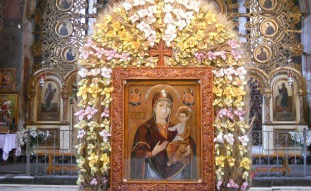 Icoana  Maicii Domnului de la Mănăstirea Nicula.  Potrivit datelor existente icoana a fost dăruită sătenilor de la Nicula de către nobilul Ioan Cupșa în anul 1681.