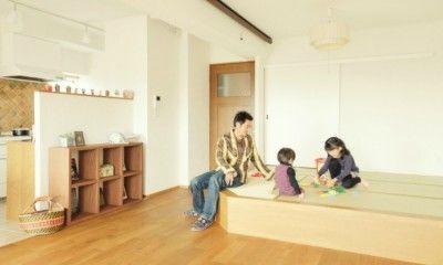 最近のリフォーム・リノベーション、特にマンションでは、床を1段高くした小上がりの和室の人気が高まっています。 夏は寝転がって過ごし、冬はこたつに入ってぬくぬくできる和室。長く日本で暮らしている人にとっては、なじみ深くとても落ち着くスペースです。また小上がりはインテリアデザインとして、洋室のリビングやダイニングと意外にもマッチするんです。 普段は家族団欒のスペースとして使い、お客様が来たらパーティースペースに変身させることもできます。また、床を上げている分、その床の下を収納スペースとして利用することもできちゃいます。   今回は、そんなメリットを豊富に持つ小上がりの和室をご紹介したいと思います。 あなたのお住まいのリフォーム・リノベーション・DIYにも、ぜひ取り入れてみてはいかがでしょうか?