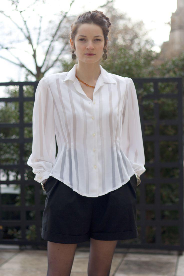 Chemisier à basques blanc à rayures transparentes Vintage. Vintage striped shirt.  http://www.oldnewthings-vintage.com/