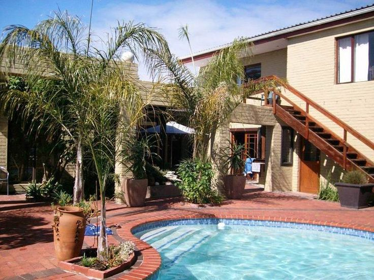 Driftwood House - Driftwood House is situated in a quiet residential area with quick access to the West Coast flower reserves in season, the wine routes and kite boarding, windsurfing and surfing beaches of the Atlantic. ... #weekendgetaways #bloubergstrand #southafrica