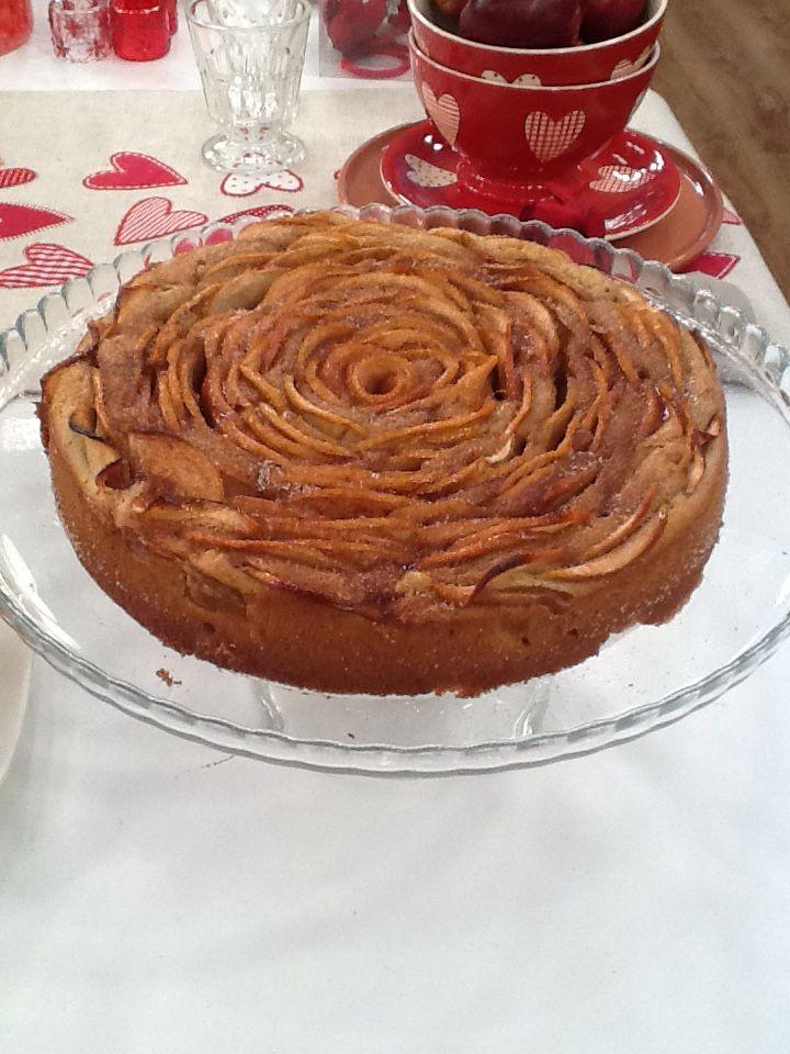 Rose Apple cake Anna-Maria Barouh http://www.instyle.gr/recipe/keik-triantafillo-me-mila-ke-kanela/