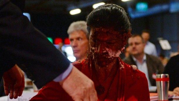 Hat sich den Abend wohl anders vorgestellt: Fraktionsvorsitzende Sarah Wagenknecht nach einer Attacke mit einer Sahnetorte.