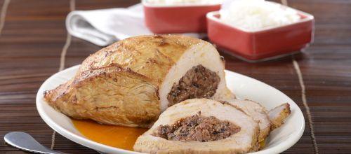 Receita de Pá de porco recheada com enchidos. Descubra como cozinhar Pá de porco recheada com enchidos de maneira prática e deliciosa com a Teleculinaria!