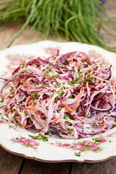 Coleslaw of, op z'n Nederlands, koolsalade. Een combinatie van witte en rode kool met een zoet en licht zure cremige dressing.