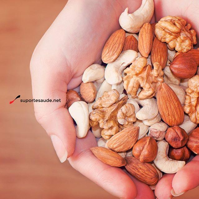 Mix de oleaginosas  As castanhas, também conhecidas como frutas oleaginosas, são fontes de fibras, ricas em vitaminas e minerais como potássio, selênio, magnésio e zinco.  Elas são compostas pela gordura insaturada que é a gordura boa para o nosso organismo, auxiliam na diminuição do LDL (colesterol ruim), aumenta o HDL (colesterol bom) e tem efeito antiinflamatório.  Castanha do Pará: para ter um efeito benéfico no organismo o ideal é consumir de 1 a 4 unidades por dia.  Noz: Ideal consumir…