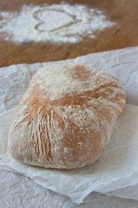 Recept voor ciabatta.  Heerlijk luchtig Italiaans brood en zelfgemaakt is 't natuurlijk nóg lekkerder. Je krijgt er met het nattere deeg wel ontzettende plakhanden van, dus ons advies: mooi door de keukenmachine laten kneden!