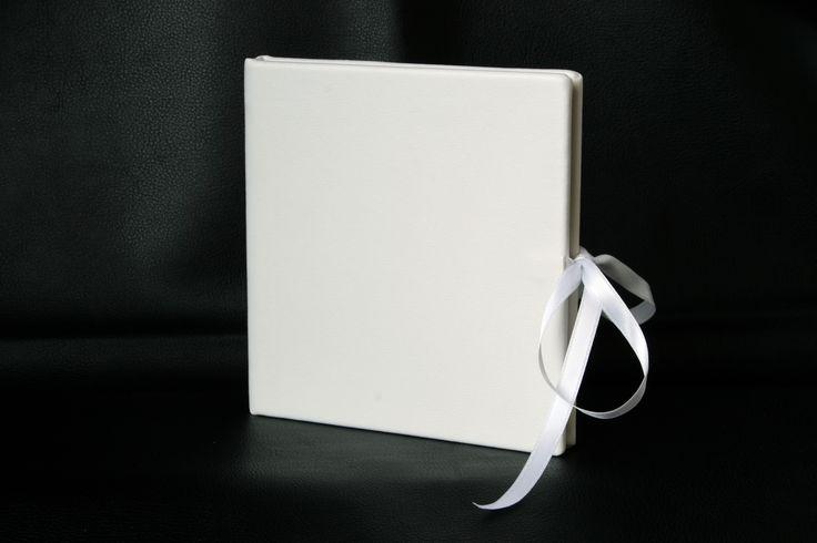 El mismo modelo que el anterior, pero esta vez en color blanco, en piel sintética, elegante, simple y con la calidad Dreams Cases.