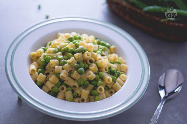 La pasta e piselli è un primo piatto primaverile, semplice e veloce, un perfetto salvacena genuino e saporito da realizzare con piselli freschi!